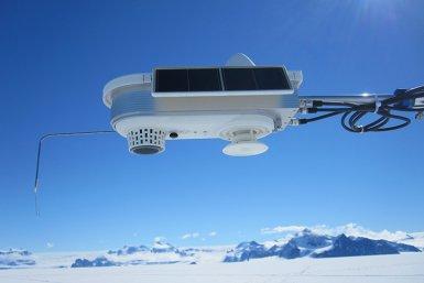 Detail van het weerstation op de Larsen C ijsplaat in de zomer. (© David Ashmore)