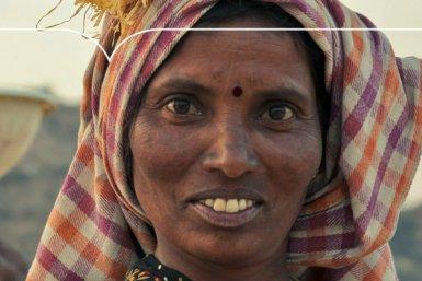 Vrouw in Azië met mand op haar hoofd