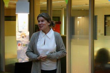 Chantal Kemner spreekt de groep toe