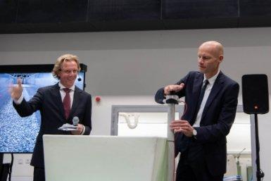 Watergezant Henk Ovink (rechts) doet officiële openingshandeling samen met decaan Wilco Hazeleger (links). Fotograaf: Robert Oosterbroek