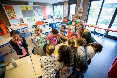 kinderen met onderzoeker in de klas