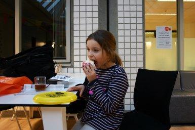 1000e deelnemer Hannah eet taart