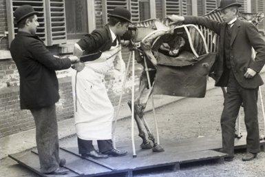 Foto uit 1896; verloskunde-oefening