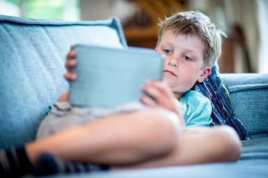 Jongen met tablet
