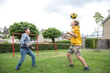 Jongens voetballen samen