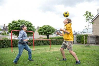 Twee jongens voetballen