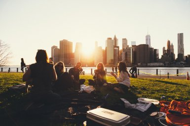 Groep jongeren met skyline van de stad