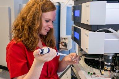 Esther Zaal onderzoekt het metabolisme van resistente kankercellen met behulp van een massaspectrometer.