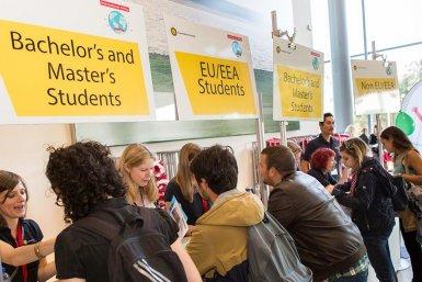 Uitwisselingsstudenten oriënteren zich tijdens een informatiemarkt op de Universiteit Utrecht