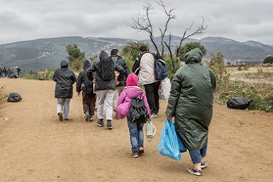 Entry of group of immigrants at the border (photo: istock.com / wabeno)