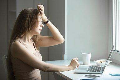 Depressieve jongere achter de computer