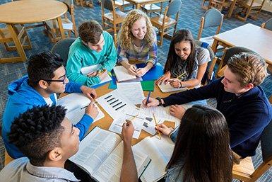 Groep studerende jongeren