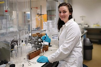 Caitlyn Witkowski in het lab. Credit: Diana Sahonero Canavesi