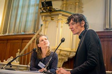 Evelien van Veen en Peter Buwalda in gesprek. Foto: Ykwinno Hensen