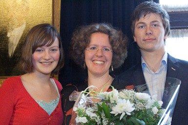 Laurien Crump (midden) met de studenten die haar hebben voorgedragen