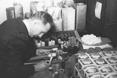 Verzet in Nederland tijdens WOII: vervaardiging van springstoffen (foto: NIOD)