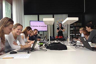 Een groep medewerkers aan het werk in de bmbf-workshop