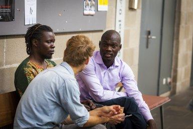 Twee Afrikaanse InclUUsion studenten praten met Nederlandse collega's