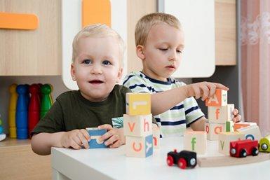 Twee spelende kinderen