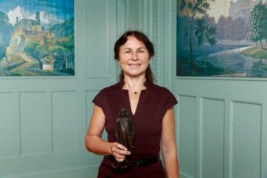 Prof. Anna Akhmanova met het beeldje van de Spinozapremie