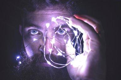 Man met witte lampjes voor zijn gezicht