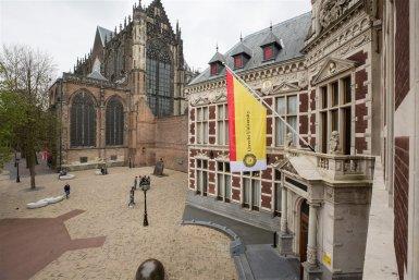 Domplein met Academiegebouw en de vlag van de Universiteit Utrecht
