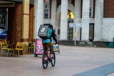 Bezorger Deliveroo op fiets in de stad