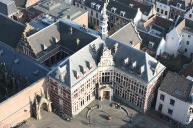 Domplein met Aacademiegebouw in Utrecht