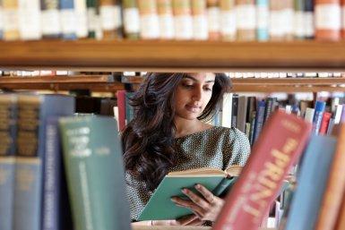 Onderzoek in de bibliotheek (foto: Humphrey Daniëls)