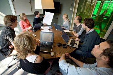 Groep mensen overlegt over de innovatie van onderwijs en professionalisering van docenten