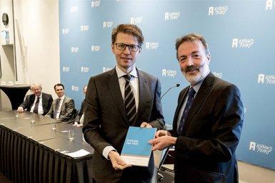 Henk Kummeling (rechts) overhandigt het rapport aan minister Sander Dekker. Foto: Roel Rozenburg