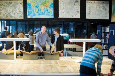 Studenten in de kaartenzaal van de universiteitsbibliotheek