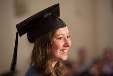 Afgestudeerde masterstudent met een academische baret.