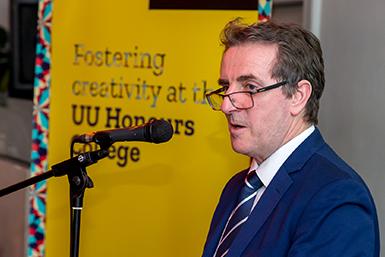 Honours dean prof. dr. Michael Burke.