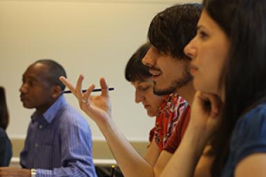 Een student geeft uitleg tijdens een hoorcollege van het James Boswell Instituut op de Uithof.