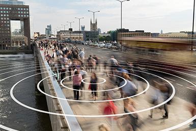 Lopende mensen op een brug in de stad.