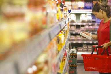 Consument moet een keuze maken in de supermarkt.