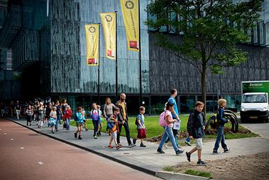 Een groep kinderen van de Summerschool Junior in Utrecht Science Park de Uithof.