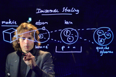 Man maakt aantekeningen op een lightboard