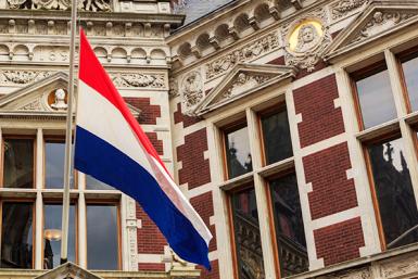 De Nederlandse vlag halfstok aan het Academiegebouw.
