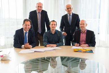 Paul Kouijzer, Kees Geldof, Floris Fonville, Bert van der Zwaan en Johan Jeuring bij de ondertekening van het PhD-contract.