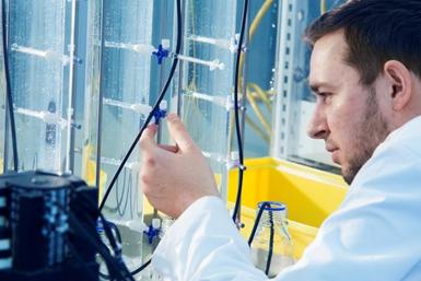 Onderzoeker aan het werk in een lab van het Gemeenschappelijk Milieu Laboratorium op het Utrecht Science Park.