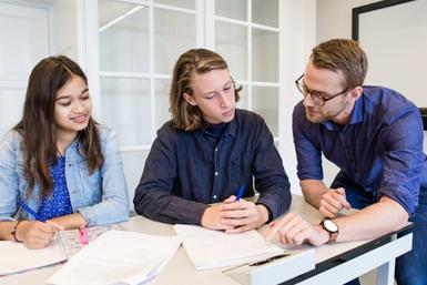 Promovendus Mr. Willem A. Janssen geeft een werkcollege aan studenten.