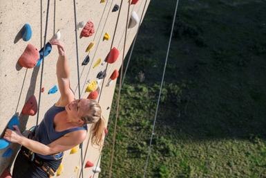 Student traint op klimwand op het Utrecht Science Park.