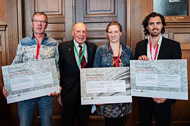 Prof. dr. Hans Vliegenthart met Eva Heeger, winnares Vliegenthart scriptieprijs 2015 tijdens de Universiteitsdag 2016.