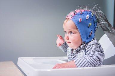 Baby met mutsje met sensoren op