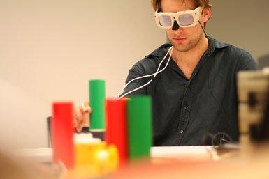 Student neemt deel in visueel experiment