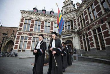 Het cortège verlaat het Academiegebouw tijdens de Dies Natalis
