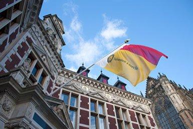 Universitaire vlag bij Academiegebouw