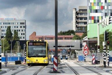 Bus op nieuwe trambaan